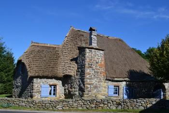 Maison bretonne avec volets bleus